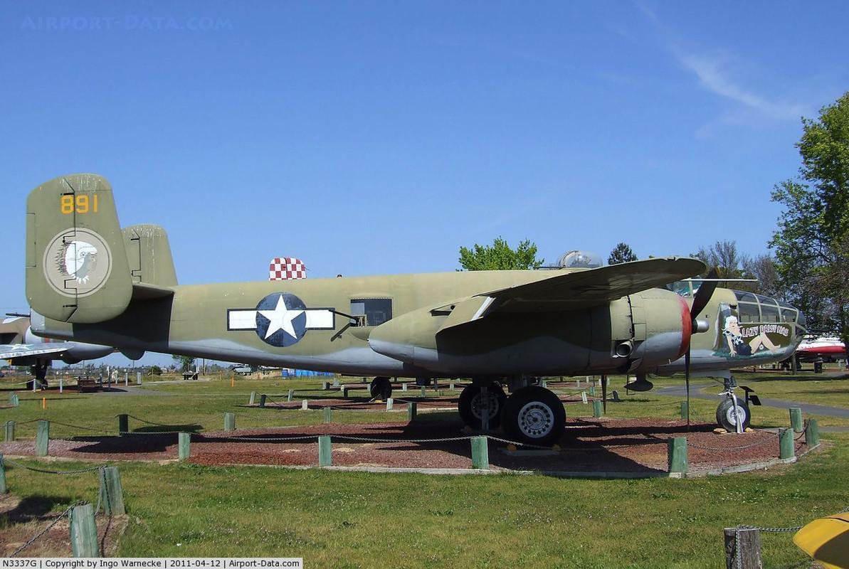 North American B-25J-30NC Mitchell número de Serie 108-47645 N3337G 891 Lazy Daisy Mae conservado en el Castle Air Museum en Chino, California